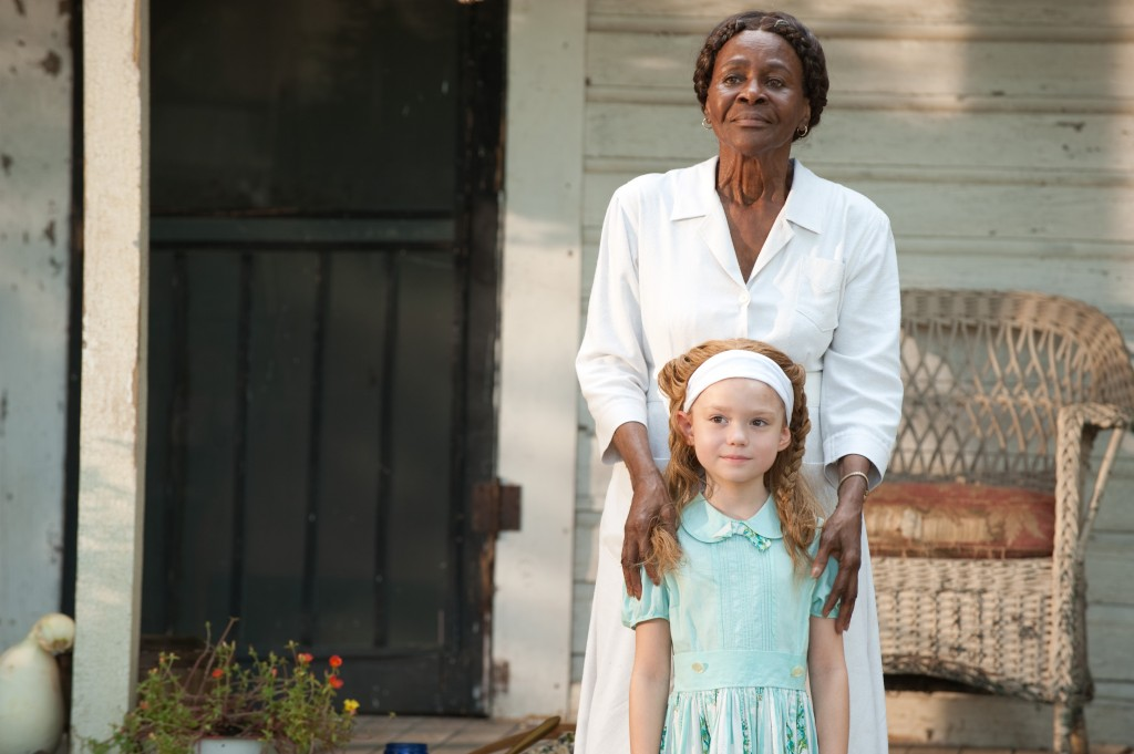 Cicely Tyson as Constantine Jefferson and Lila Rogers as the young Skeeter Phelan in ÒThe HelpÓ. Ph: Dale Robinette ©DreamWorks II Distribution Co., LLC. ÊAll Rights Reserved.
